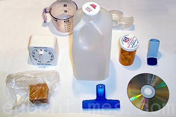 林炎誠接受採訪時帶來的各種塑膠產品。(攝影:陳天成/大紀元)