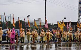 三妈神轿由在地婆婆妈妈48名组成清一色娘子军轮流扶轿。(摄影:陈建霖/大纪元)