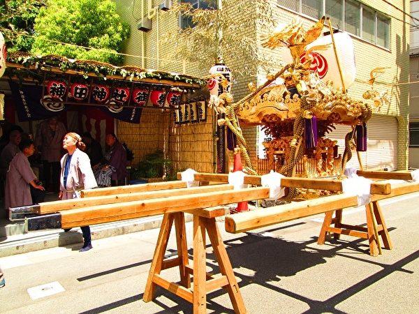 一座凤辇神舆总重量达三吨。