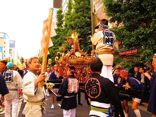 12日是青空夏日,巡游队伍不畏暑热,装饰金铜凤凰的凤辇在大道准备入宫参拜。