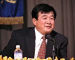 2003年李洪志先生在美国亚特兰大法会上给法轮功弟子讲解修炼中遇到的问题。(摄影:李莎/大纪元)