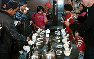 """十几位来自阿里山太和村的茶农,在""""羽唐文化茗茶馆""""当起""""品茗师"""",进行品茶活动。(摄影:孙帼英/大纪元)"""