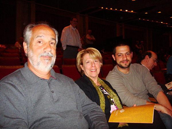 雪城知名医疗管理资源公司(MMRI)总裁兼主席约翰‧潘尼西(John Pennisi,左)、作家夫人Linda Pennisi(中)、企业家儿子小约翰‧潘尼西(John Pennisi,右)全家观看了5月12日晚神韵巡回艺术团在纽约上州中部的雪城(Syracuse)的演出。(摄影:陈天成/大纪元)