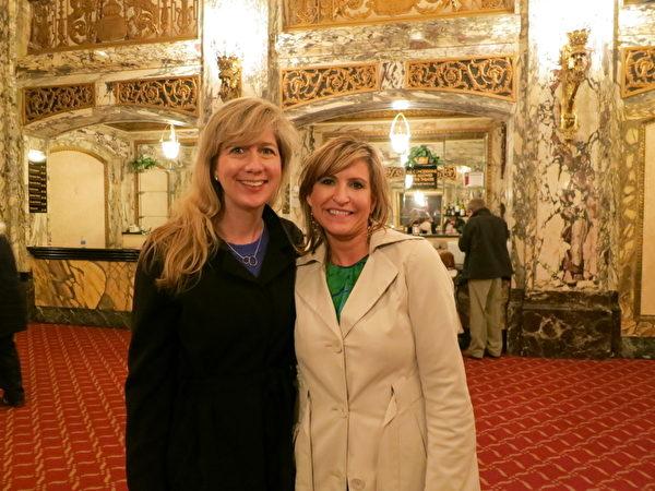 ComPsych公司副总裁Michelle Dodds和高级客户经理Michelle Chapman一同观看了5月12日下午在芝加哥卡迪拉克剧院的最后一场神韵晚会。两名女士皆表示:神韵传递了希望。(摄影:唐明镜/大纪元)