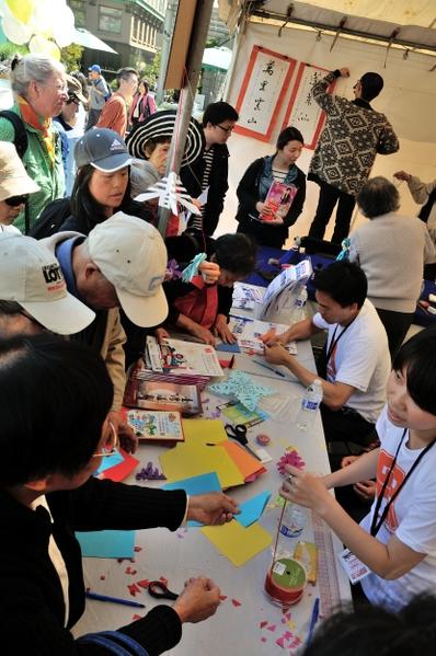 民众们热心参与各种传统手工艺DIY。(摄影:曹景哲/大纪元)