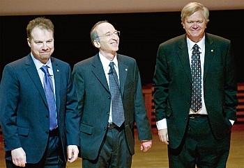2011年诺贝尔物理奖由布莱恩.施密特(Brian Schmidt,右)、索尔.佩尔马特(Saul Perlmutter,中),以及亚当.里斯(Adam Riess,左)三人获得。(AFP)