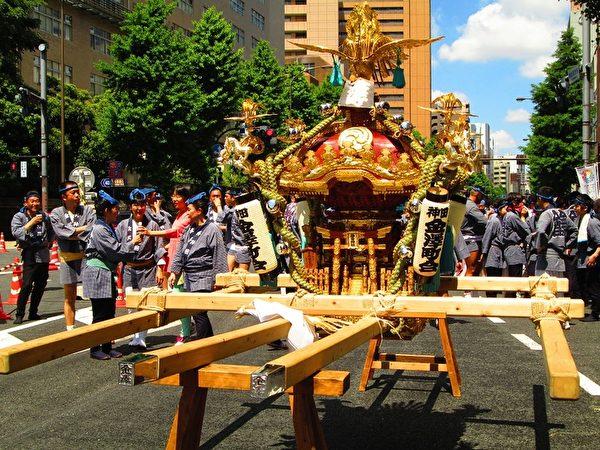 """一座凤辇神舆总重量达三吨,""""辕""""木长达8公尺。"""