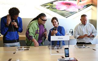 投资银行派杰公司14日公布的最新iPhone转卖价值指数显示,苹果公司iPhone减值的速度还不到三星电子公司相应Android装置的一半。图为民众前往旧金山苹果商店试iPhone5。(Justin Sullivan/Getty Images)