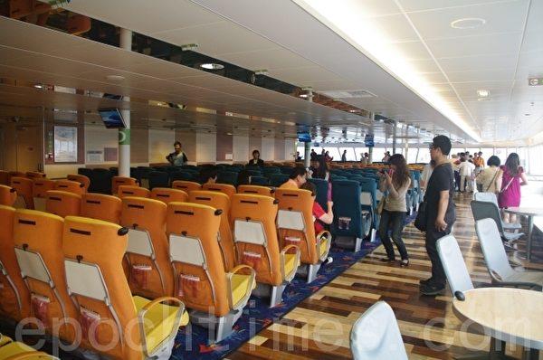丽娜轮开放登船参观,民众争相体验参观拍照留念。(摄影:曾能彩/大纪元)