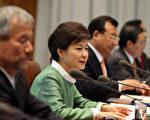 2013年5月13日,南韩总统朴槿惠(左2)在青瓦台主持首席秘书官会议时,对上周访美期间,前青瓦台发言人尹昶重闹出的性丑闻,公开表示道歉。(YONHAP/AFP)