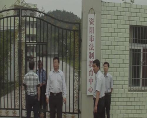 律師在休閒山莊內的黑監獄門前等候開門並留影。(志願者提供)