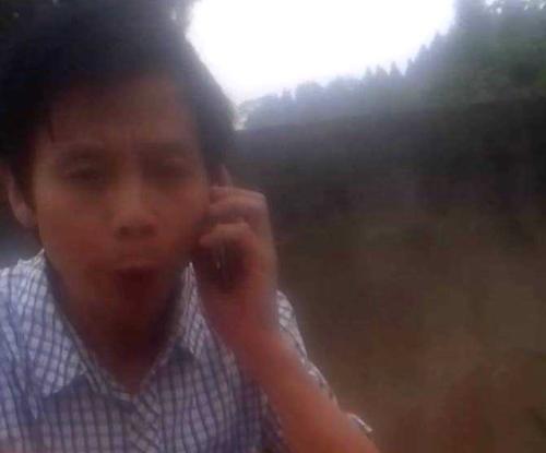 黑監獄小頭目從黑車副駕鑽出打電話調動「610」警察。(志願者提供)