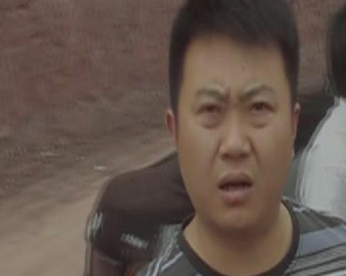 胖黑手撲向律師搶奪手機。(志願者提供)