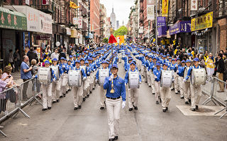 2013年5月18日,纽约曼哈顿,来自世界各地的法轮功学员举行庆祝法轮大法弘传21周年大游行。图为引导游行队伍的天国乐团。(爱德华/大纪元)