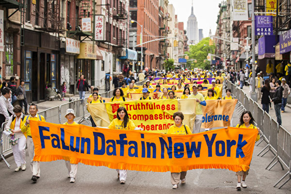 """5月18日的纽约曼哈顿,来自世界各地的法轮功学员举行庆祝法轮大法弘传21周年大游行。图为游行队伍第一主题《大法弘传》方阵,""""法轮大法在纽约""""的英文横幅。(摄影:爱德华/大纪元)"""