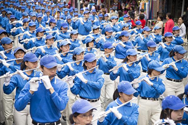 5月18日的纽约曼哈顿,旌旗招展,锣鼓喧天,来自世界各地的法轮功学员举行庆祝法轮大法弘传21周年大游行。图为引领游行队伍的天国乐团。(摄影:戴兵/大纪元)