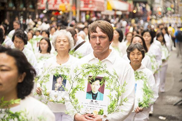 5月18日的纽约曼哈顿,来自世界各地的法轮功学员举行庆祝法轮大法弘传21周年大游行。图为游行队伍第二主题《千古蒙冤 制止迫害》方阵,悼念在中国被迫害致死的法轮功学员。(摄影:戴兵/大纪元)