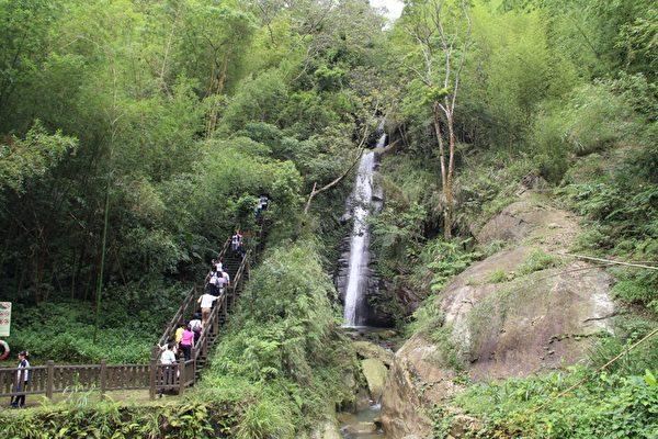 心湖瀑布美景奇佳,遊客紛紛由步道上到最高處一覽全貌。(攝影:李擷瓔/大紀元)
