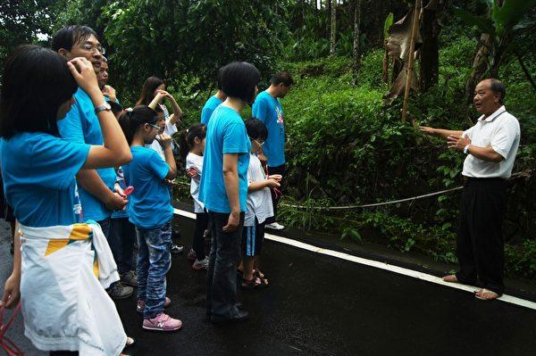 竹編耆老吳文杰老師在社區文化巡禮向家長與小童軍導覽解說。 (攝影:蘇泰安/大紀元)