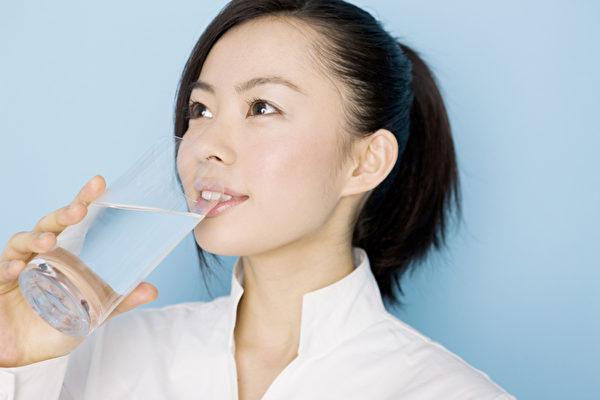 美國猶他州立大學的一項研究指出,每天喝8至12杯水的人,燃燒的卡路里比每天喝4杯水的人多更多。(Fotolia)