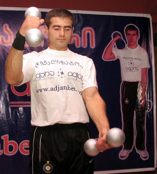 運動生理學家表示,從事各項有氧運動之前,先舉20分鐘的啞鈴或做舉重等抗阻訓練,再進行有氧運動所消耗的脂肪,比將這兩類運動間隔很久再做的總耗脂量高。(攝影:VANO SHLAMOV/AFP)