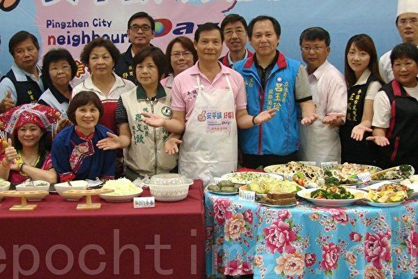 平镇市长陈万得(前排左六)邀请乡亲参与邻舍节活动(摄影:陈建霖/大纪元)