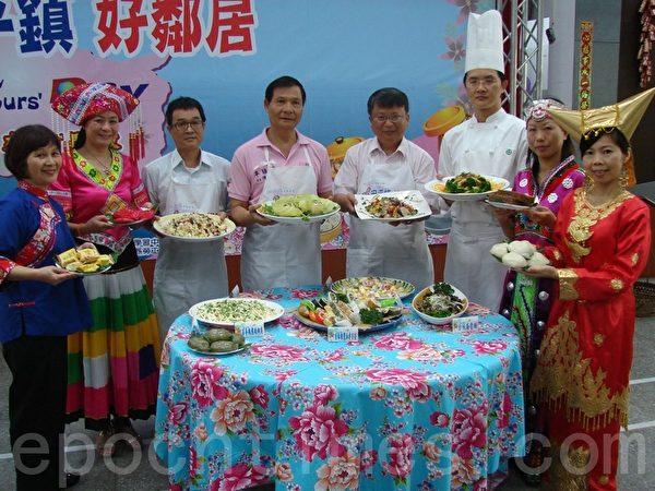 平镇市长陈万得(右5)展示客家米食、云南美食、异国料理和客家美食等创意料理。(摄影:陈建霖/大纪元)