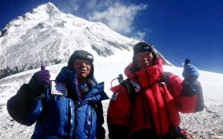 80歲高齡的日本知名登山家三浦雄一郎(右)在23日中午左右,成功站上珠穆朗瑪峰的峰頂,完成了第三度攻頂的壯舉,同時也成為世界最高齡的攻頂者。(MIURA DOLPHINS / AFP)