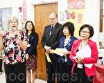 Maureen Schneider(讲话者)和(右起)林丽芬、林劲宝、Robert M. Werner、Lina Scacco出席庆祝会,恭贺华人部生日快乐。(摄影:陈天成/大纪元)