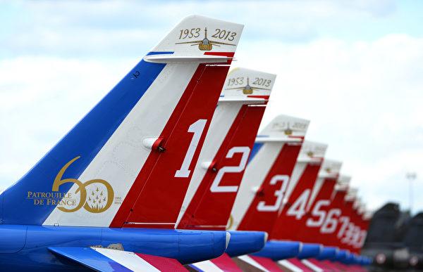 """2013年5月25日,法国""""法兰西巡逻兵""""进行特技飞行演出,庆祝""""巡逻兵""""成立 60周年。图为表演机群。(GERARD JULIEN/AFP)"""