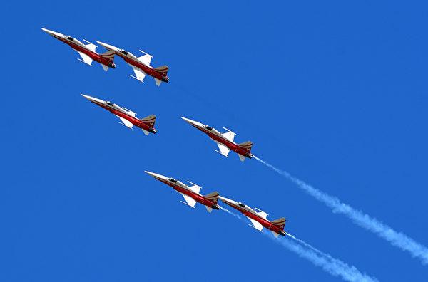 """2013年5月25日,法国""""法兰西巡逻兵""""进行特技飞行演出,庆祝""""巡逻兵""""成立 60周年。(GERARD JULIEN/AFP)"""