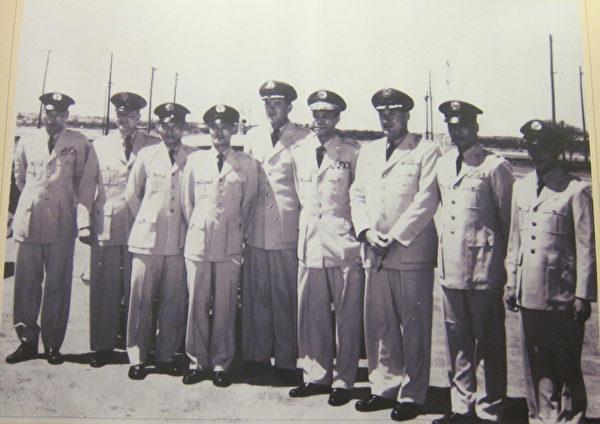 陈怀生烈士(左一)等首批U-2高空侦察机飞行员与美军合影。(钟元翻摄/大纪元)