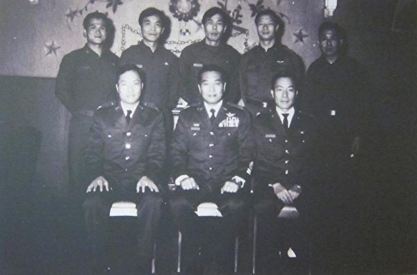 黑猫中队后期人员合影(中坐者为王涛队长)。(钟元翻摄/大纪元)
