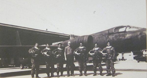 黑猫中队队员与美国教官合影。(钟元翻摄/大纪元)