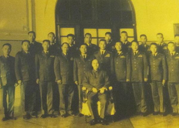 先总统蒋公召见空军特种作战人员(最后排左一为陈怀生烈士)。(钟元翻摄/大纪元)