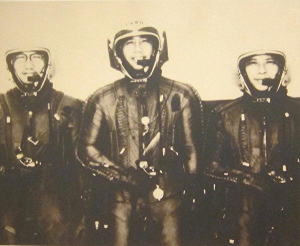 U-2型机飞行员整装待发(左起华锡钧、杨世驹、王太佑)。(钟元翻摄/大纪元)