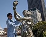 5月26日,湾区民主人士清洗旧金山中国城花园角的民主女神像,迎接六四。(摄影:曹景哲/大纪元)