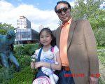 朱政和小女儿朱媛媛在纽约法拉盛植物园(图片由朱政提供)