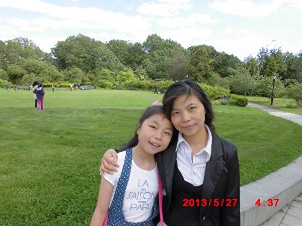 朱媛媛和妈妈在纽约法拉盛植物园。(图片由朱政提供)