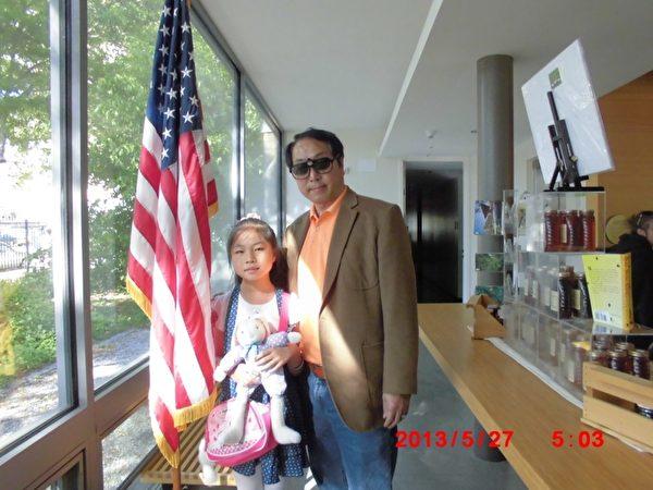 朱政和小女儿朱媛媛在纽约法拉盛植物园展馆内。(图片由朱政提供)