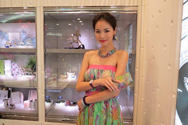 模特儿身上所戴的饰物高贵而不贵。 (摄影:苏泰安/大纪元)
