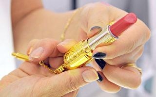 美国加州大学柏克莱分校最近针对市面贩售常见32种口红唇笔和唇蜜作深度分析后,发现口红成分含有铅、镉、铬、铝及其他五种有毒金属,每天多次涂抹恐引发严重慢性病。 图为一位女士在挑选口红。(KIM JAE-HWAN/AFP PHOTO)