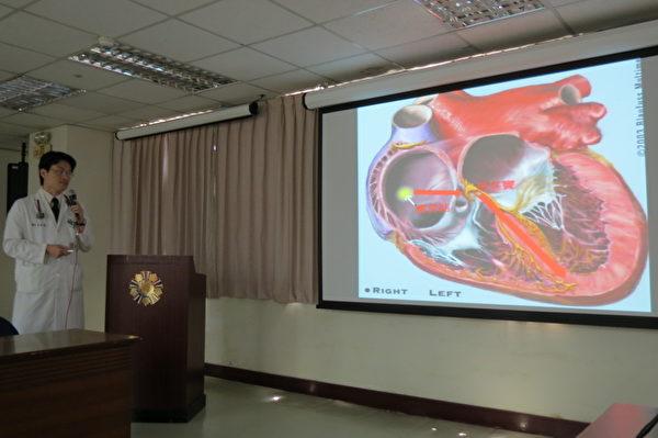 廖英杰医师讲解利用电气烧灼术成功治疗心悸个案。 (摄影:苏泰安/大纪元)