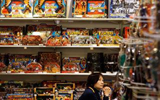 5月29日,廣東省質監局公佈了一批兒童產品質量抽檢結果。其中,兒童玩具超過六成不合格。童裝童鞋等產品的質量不合格率也有三成左右,更有一批兒童產品檢出致癌物超標。圖為賣場販賣的玩具。(Dale de la Rey/AFP)
