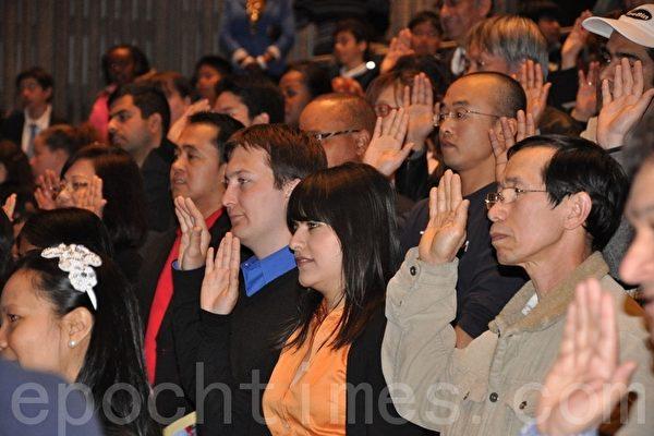 加拿大平权会多伦多分会公布的调查报告显示,近半数讲普通话的华人新移民的收入,仅为或低于最低工资标准,并且,无偿劳动或加班的情况,时有发生。图为新移民在多伦多宣誓入籍加拿大。资料图片。(摄影:高云林/大纪元)