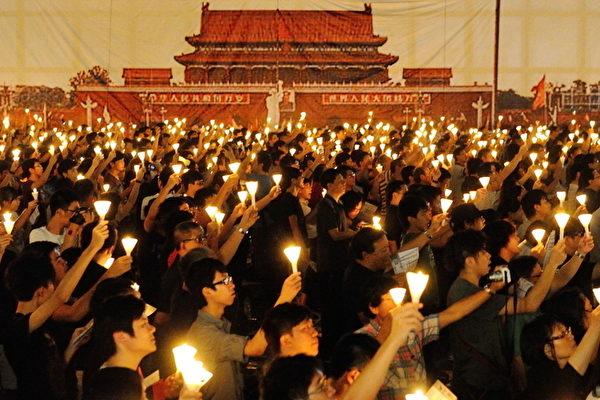 再三天就是24週年六四運動紀念日,香港將於維園舉行燭光晚會,支聯會主席李卓人31日確定六四晚會將以「平反六四永不放棄」八字為六四晚會主題。圖為2012年的六四晚會。(攝影:宋祥龍/大紀元)