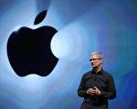 苹果公司执行长库克早起的习惯众所周知。通常他早上3:45就起床;4:30开始发送公司邮件,5点就已经在健身房。他不仅起得早,工作时间也很长,常常是公司最早到最晚走的一位。 (Justin Sullivan/Getty Images)