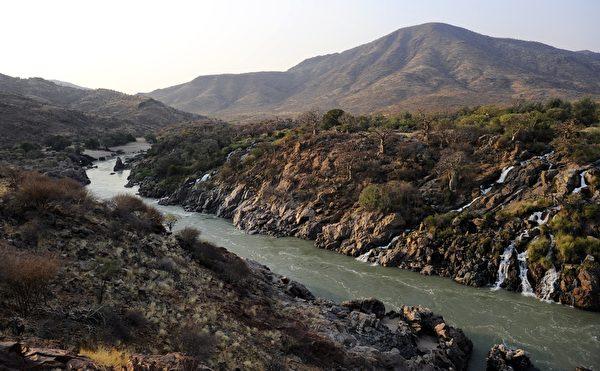 庫內納河從安哥拉的高地流經與納米比亞接壤的邊界。(STEPHANE DE SAKUTIN/AFP)