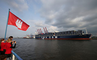 5月30日,世上最大的集裝箱貨船「亞歷山大‧馮‧洪堡」號(Alexander von Humboldt)駛進漢堡港,並在此接受洗禮。(CHRISTIAN CHARISIUS/AFP/Getty Images)