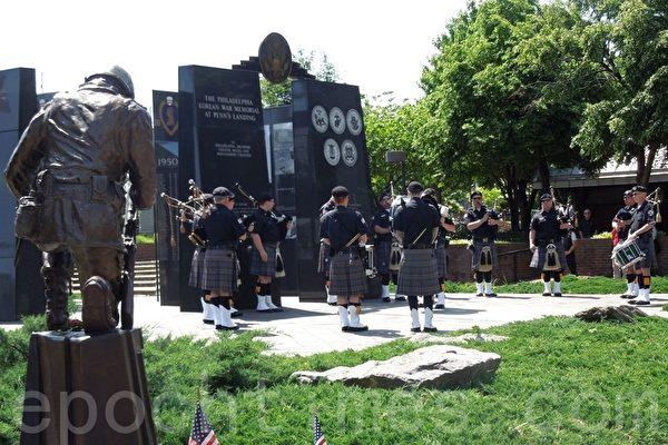 軍樂隊在費城陣亡將士紀念日集會現場演奏。(攝影:韓林/大紀元)